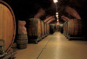 Weinkeller mit großen Weinfässern