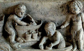 Historisches Fresko mit Putti bei der Weinbereitung